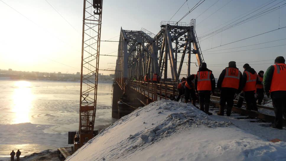 В 1986 году мостостроители вели реконструкцию старейшего железнодорожного моста в Перми — через Каму, заменяя старые пролетные строения новыми.