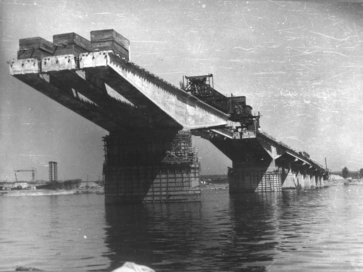 Сдача объекта протяженностью почти 1 км была приурочена к 50-летию Октябрьской революции, но мостостроители сдали объект раньше (на фото — завершение строительства моста через Каму).