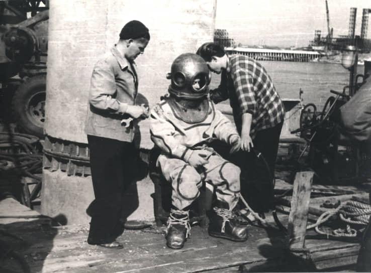 В 1988 году Мостопоезд получил свое современное название — «Мостоотряд №123» (на фото — водолаз «Мостоотряда»).