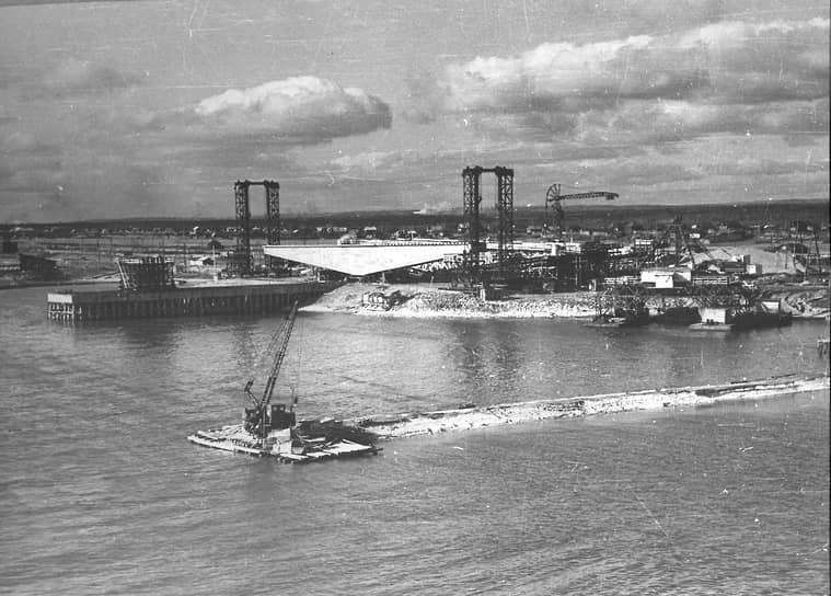 Организация разбила на правом берегу Камы стройгородок и с тех пор уже не покидала Прикамье (на фото — строительная площадка Камского моста, 60-е годы ХХ века).