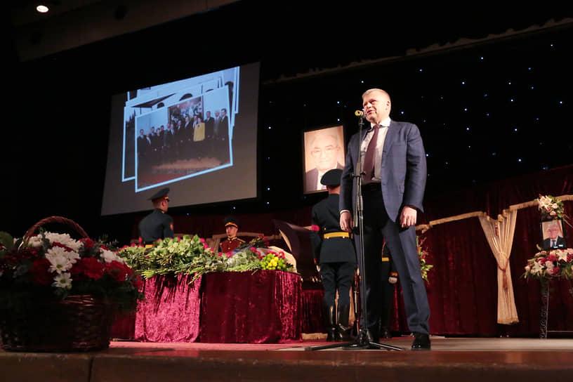 Затем возложил цветы и произнес прощальные слова глава Перми Алексей Демкин.