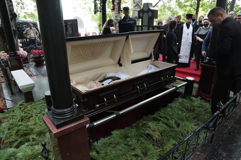 Присутствующие отдали последнюю дань уважения покойному.