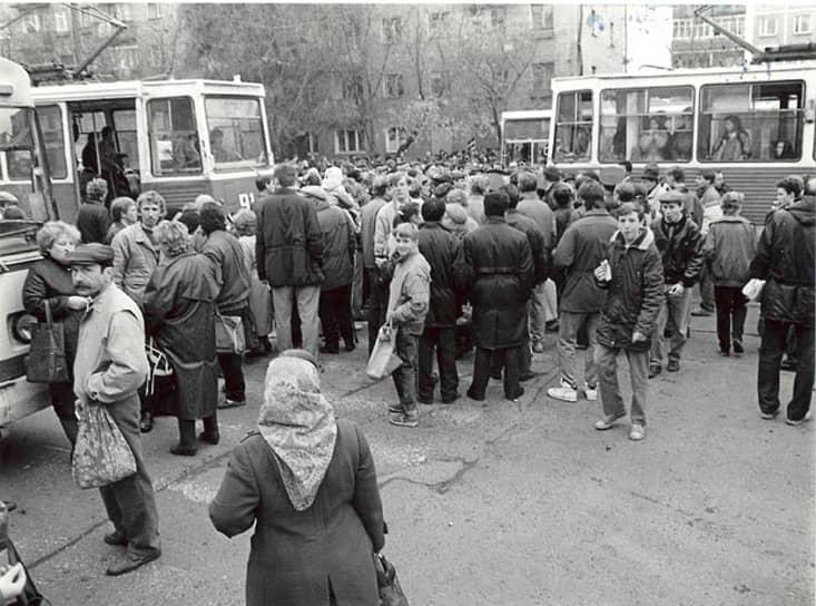 В начале 1990-х годов в Перми, как и по всей стране, бушевал экономический кризис позднего СССР. Талоны буквально на все не решали проблемы дефицита товаров. Все это вылилось в спонтанное выражение недовольства пермяков. Летом 1990 года прошел первый бунт — табачный, с перекрытием центральных улиц. В 1991 году прошел водочный бунт, когда в магазине на ул. Крупской закончилось спиртное. Тогда тоже было перекрыто движение. На фото: водочный бунт в Перми, 1990 год.