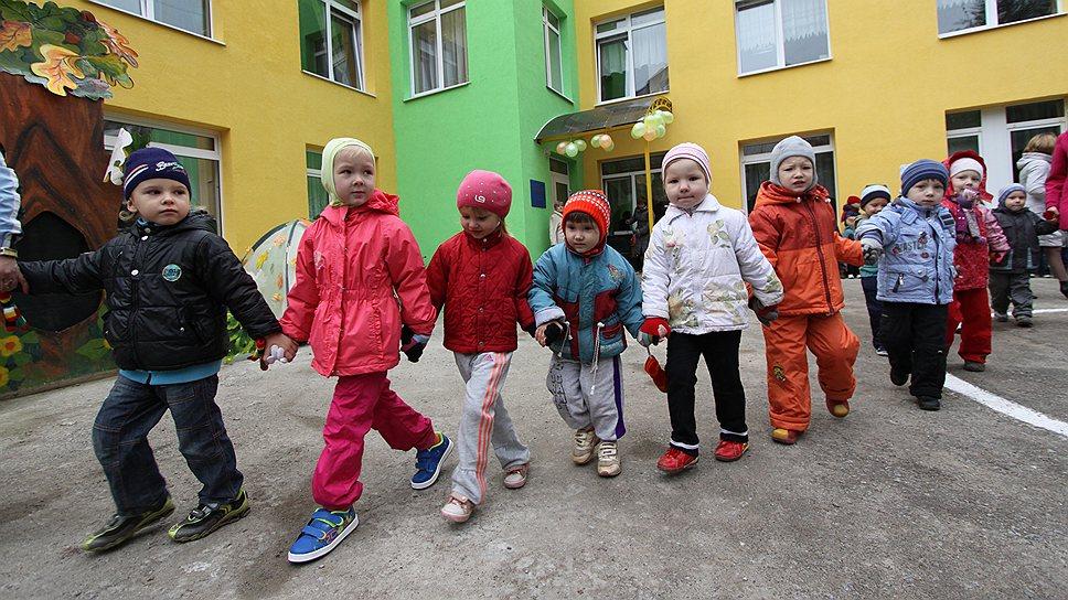 Ясли только В прошлом году краевые власти решили ликвидировать очереди в детские сады. В крае построено 15 детсадов на 1,3 тыс. мест, реконструировано 27 — на 3,5 тыс. мест. Проект «Мамин выбор», реализуемый в Прикамье с 2008 года, согласно которому родители, чьи дети с трех до пяти лет не посещают детские сады, получают ежемесячную выплату около 5 тыс. руб., было решено закрыть. По замыслу чиновников Пермской мэрии, к 2015 году в Перми все дети от трех до семи лет должны получить услуги дошкольного образования в муниципальной или в частной сети, в зависимости от желания родителей. Для этого необходимо перераспределить средства, которые были заложены на выплаты пособий, на приведение садиков в нормативное состояние и на открытие дополнительных мест. Проект «Мамин выбор» продлится лишь до лета 2014 года.