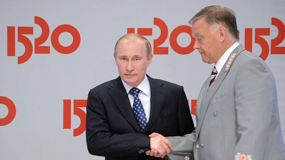 Глава РЖД Владимир Якунин (справа) грозится рассказать Владимиру Путину, что позиция администрации Выборгского района при «попустительстве со стороны администрации Ленобласти» ведет к «срыву выполнения общегосударственных задач»