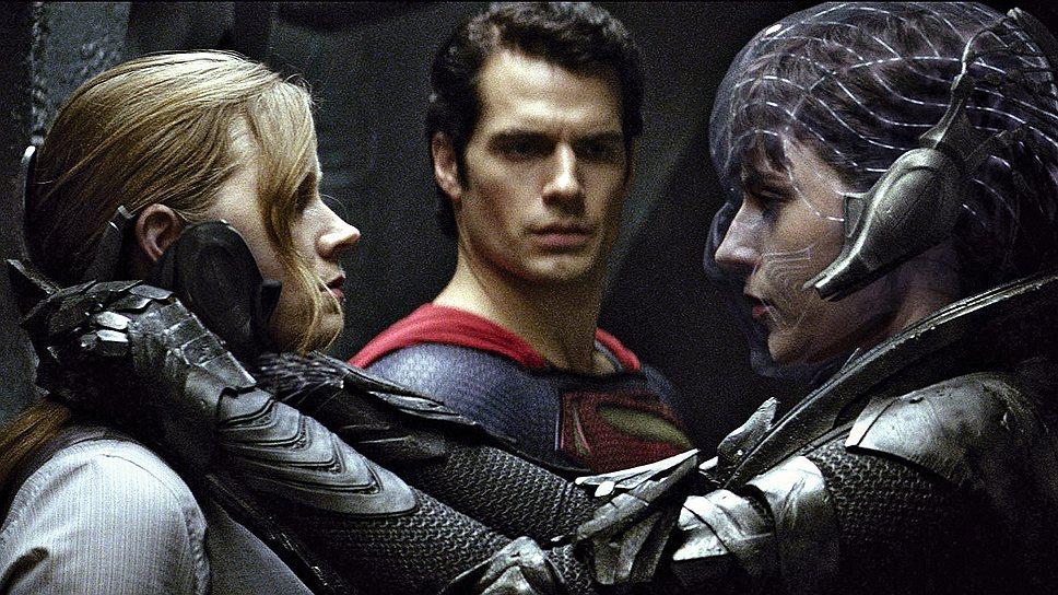 Главному герою в исполнении Генри Кэвилла (в центре) особенно удается плакатно-суперменское выражение лица