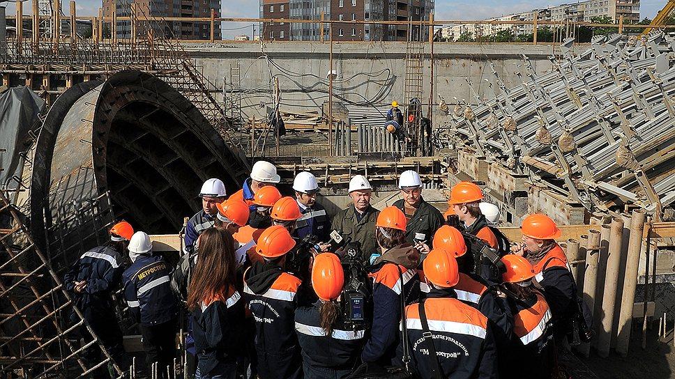 Новые станции какое-то время будут работать с одним выходом, нарушая нормы современного метростроения. Однако городские власти полагают, что лучше открыть новую станцию с одним выходом, чем годами ждать, когда можно будет построить станцию с двумя