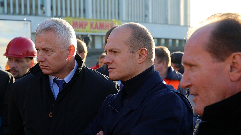 Председатель жилищного комитета Валерий Шиян (слева), в отличие от вице-губернатора Петербурга Владимира Лавленцева (в центре), не стал пускать на самотек недавнее обсуждение депутатами местного парламента вопроса о том, кто будет распоряжаться средствами на капитальный ремонт