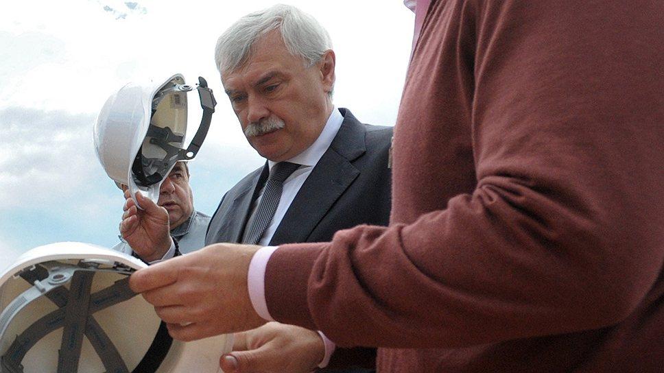 Губернатор Петербурга Георгий Полтавченко (на заднем плане) и вице-губернатор Марат Оганесян расстаются с обязательствами команды Валентины Матвиенко