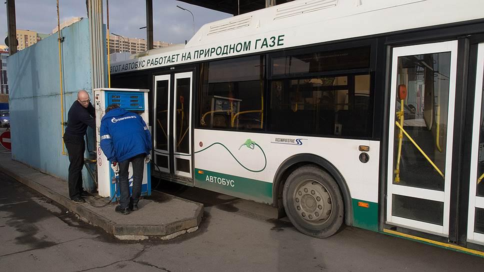 Помимо отсутствия в бюджете денег на покупку транспорта, работающего на газе, экономия от использования такого топлива пока неочевидна: на данный момент в городе работает только одна автомобильная газовая наполнительная компрессорная станция на Пулковском шоссе
