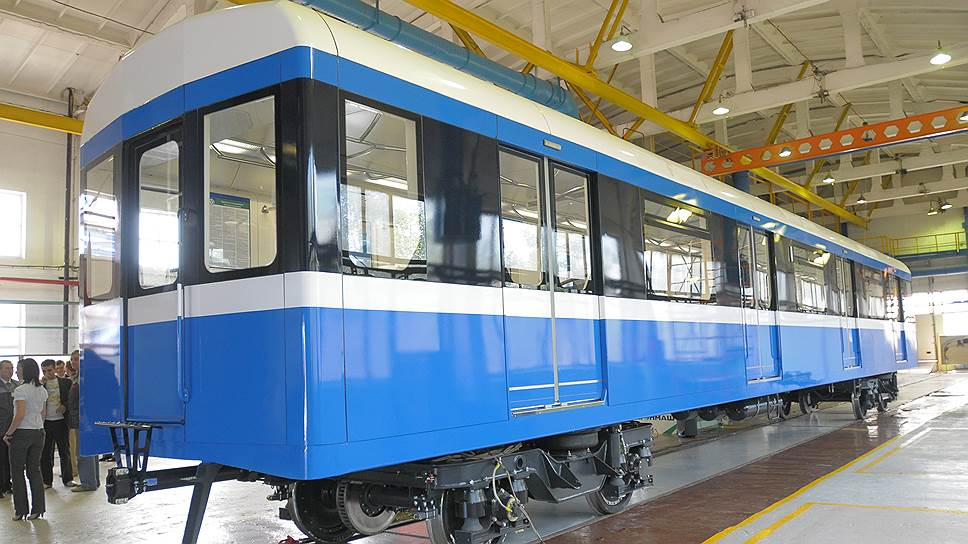 Петербургский метрополитен изначально должен был получить поезд «Вагонмаша» еще в декабре 2015 года, затем сроки перенесли на 29 апреля 2016 года, однако поставка так и не состоялась