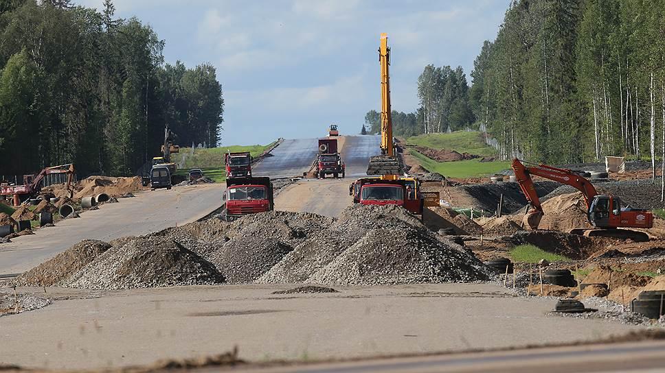 Власти Ленобласти неоднократно заявляли, что строители М-11 наносят непоправимый ущерб соседним трассам: так, подрядчик строительства без разрешения организует примыкания к региональным и местным дорогам, разрушает их покрытие и обочины