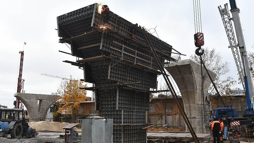 Строительство транспортного перехода (моста) через остров Серный с автомобильной развязкой на Петроградской стороне. Опоры развязки на Петроградской стороне