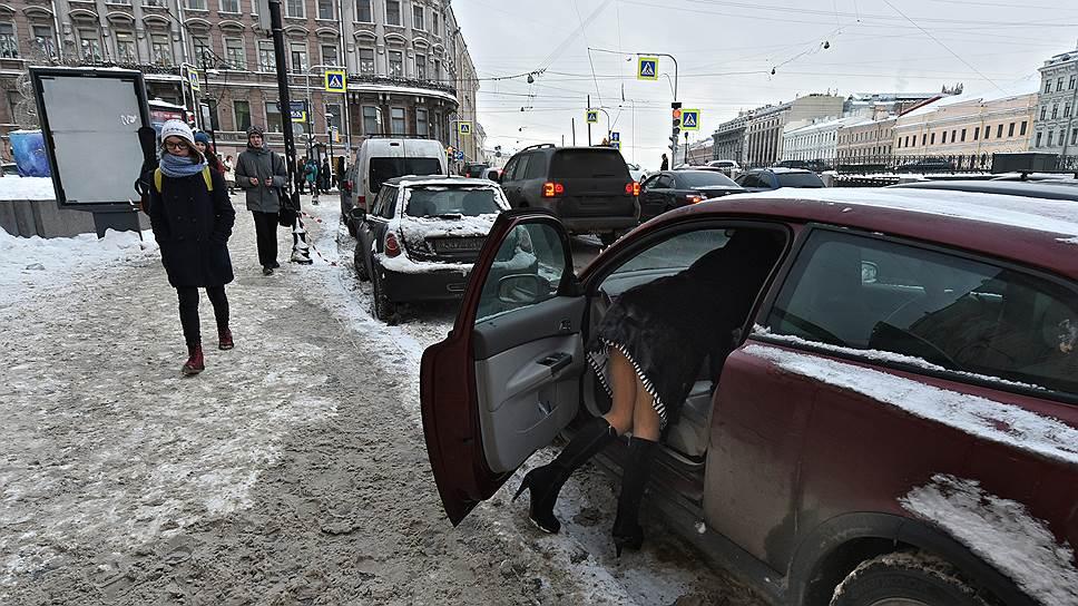 Смольный нашел долгий путь к базам автовладельцев / КРТИ начнет рассылать штрафы за неоплату парковки с января 2017 года
