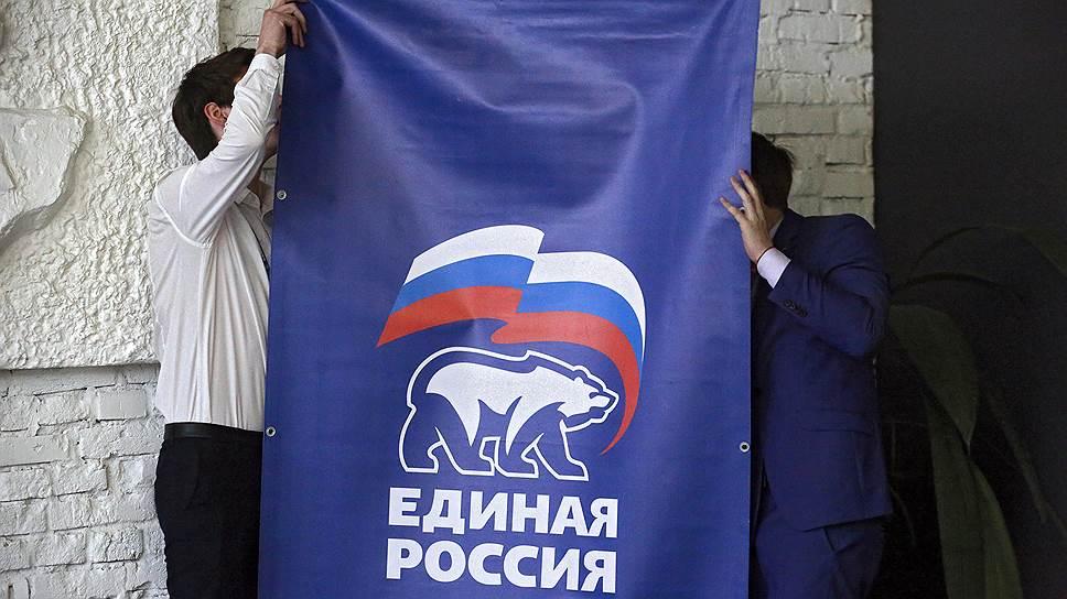 По словам спикера городского ЗакСа Вячеслава Макарова, разные оппозиционные партии пытаются «качнуть нас, проверить нас на прочность» — и только партийная дисциплина может спасти «Единую Россию»