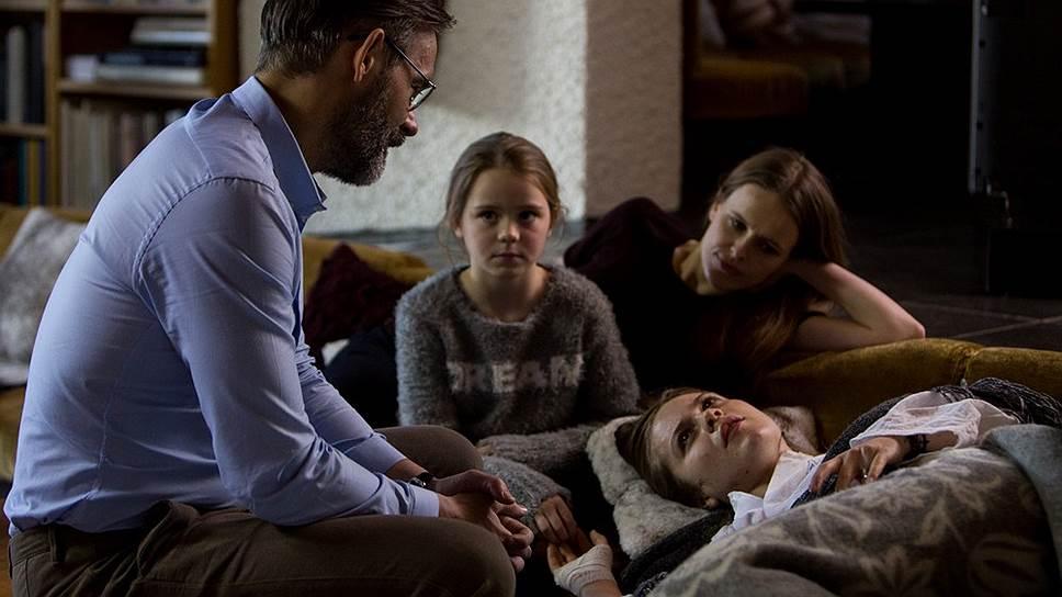 Доктор Финнур (Бальтасар Кормакур), пытаясь защитить дочь от первого брака, ставит под угрозу всю семью