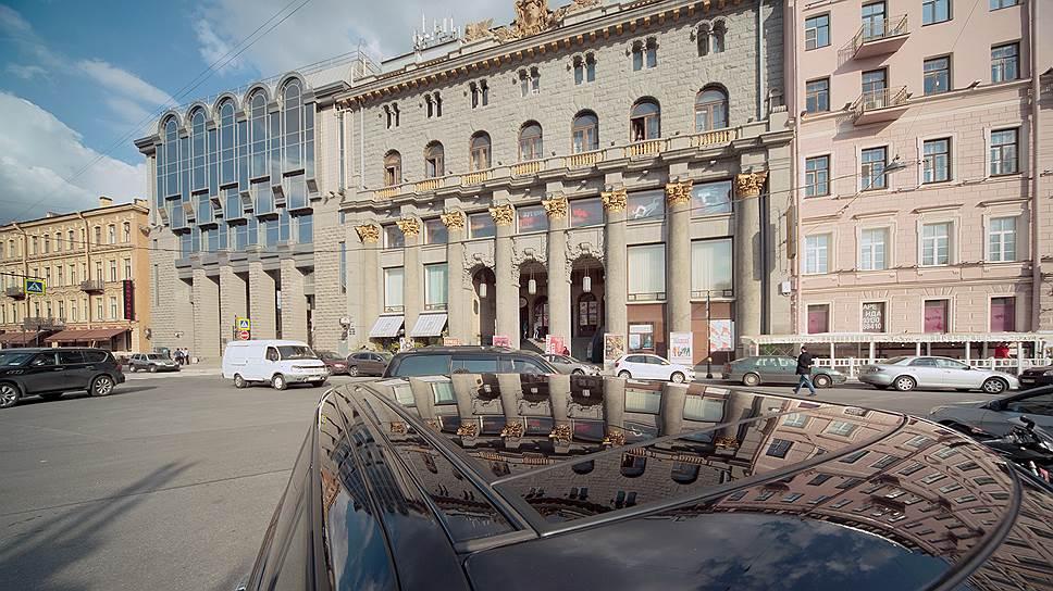 Кинематографистов посадили на чемоданы / Смольный наказывает Дом кино за перепланировку помещений на Караванной