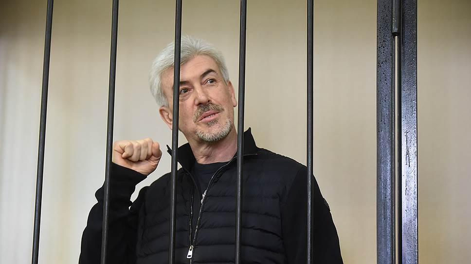 Расплачиваться со своими долгами Валерий Израйлит, находящийся в СИЗО, может через доверенных лиц, полагают его адвокаты