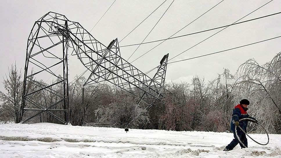 «Ленэнерго» прислали помощь / Бороться с отключениями света в Ленобласти компании помогут энергетики из других регионов