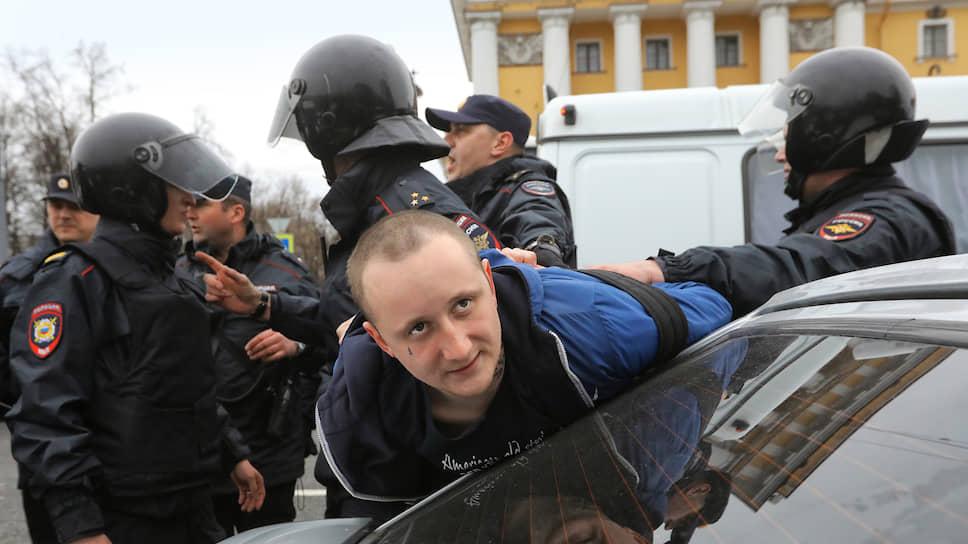 На видео, которое было снято в момент задержания, видно, что Михаил Цакунов не имел возможности намеренно ударить полицейского