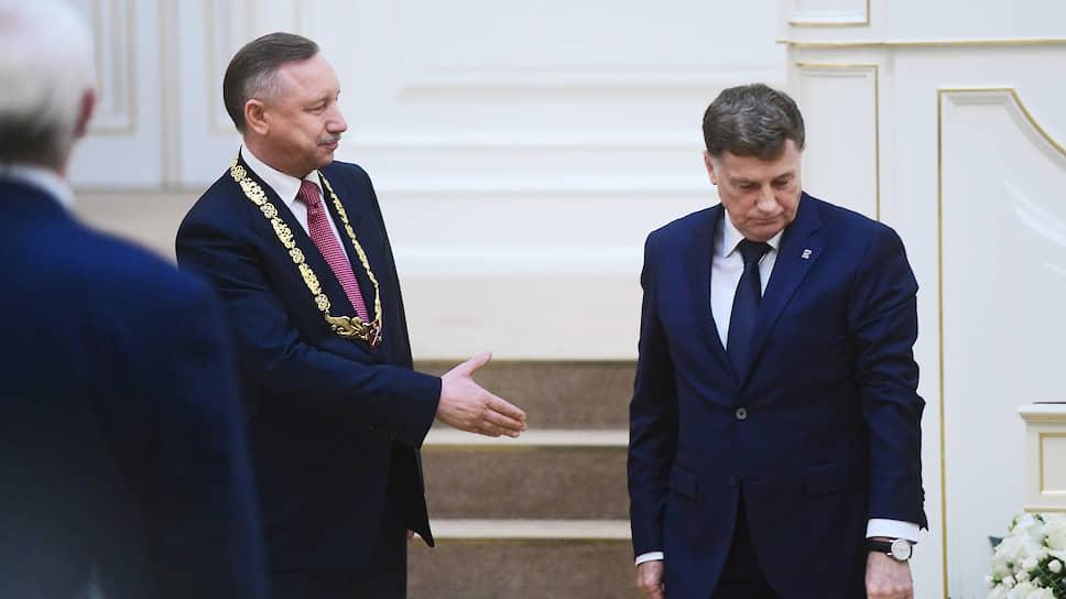 Председатель ЗакСа Вячеслав Макаров (справа) надел на Александра Беглова «цепь губернатора», поздравил его со вступлением в должность от имени всех депутатов парламента и пообещал стопроцентную поддержку