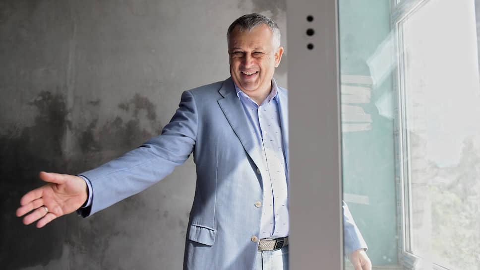 Еще в прошлом месяце губернатор Ленобласти Александр Дрозденко не давал однозначного ответа на вопрос о том, пойдет ли он на выборы, подчеркивая, что примет в них участие лишь в случае, если получит поддержку главы государства и местных жителей