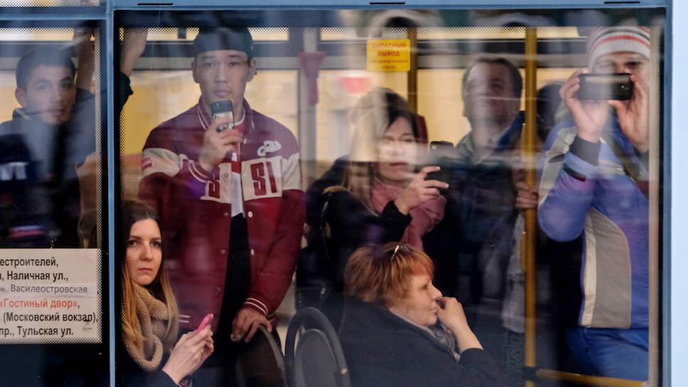 На фоне борьбы с коронавирусом городские власти сокращают количество автобусов на городских улицах, что может препятствовать соблюдению безопасного расстояния между пассажирами