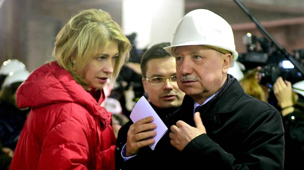 Слева  руководитель пресс-службы администрации губернатора Санкт-Петербруга Инна Карпушина