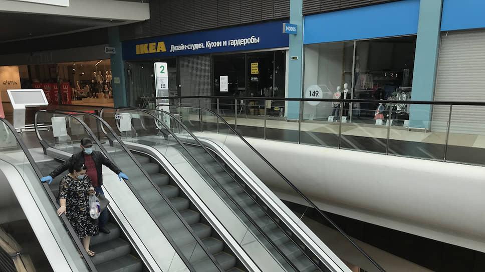 Владельцы торговых центров называют ситуацию, при которой им работать запрещено, но одновременно разрешено принимать посетителей баням, зоопаркам, строительным магазинам,— «намеренным гноблением»