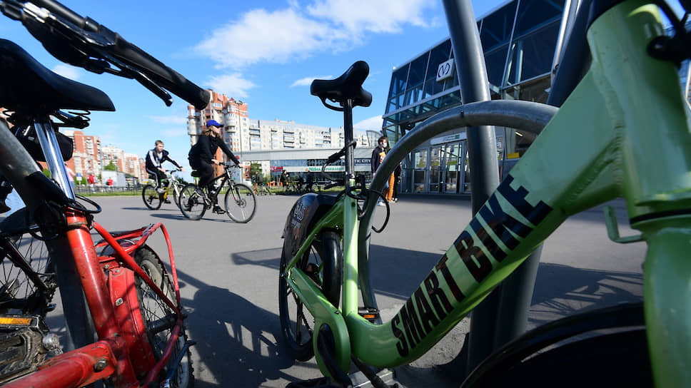 Велопарковка возле станции метро Беговая