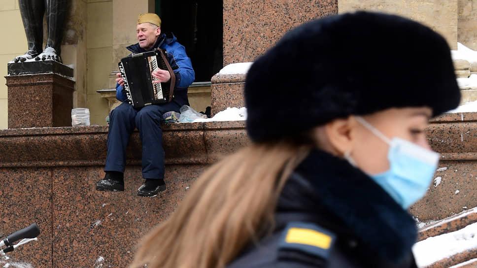 Музыкант играет на ступенях Эрмитажа