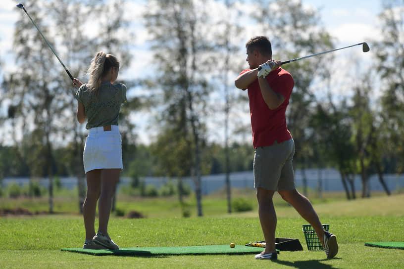 Игроки в гольф на игровых полях