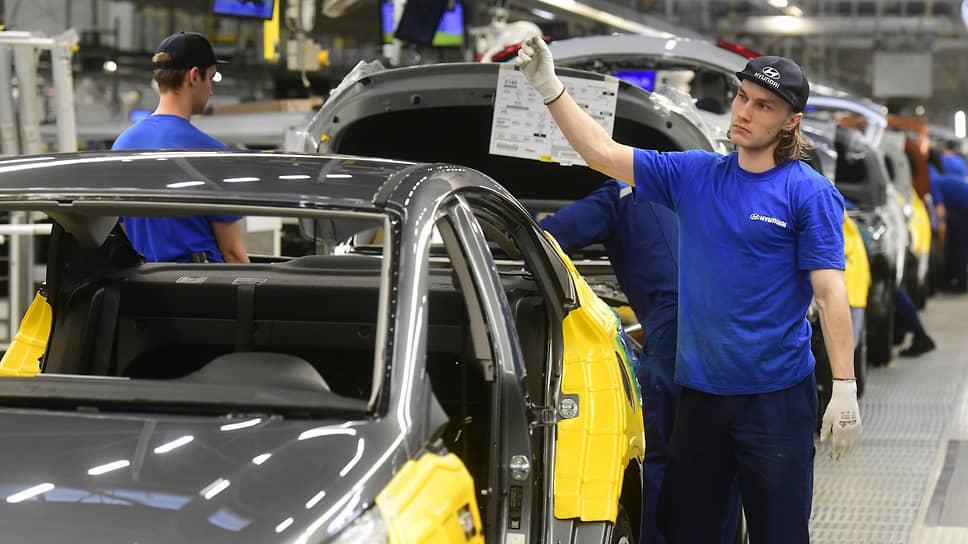 Рабочие завода «Хендэ Мотор Мануфактуринг Рус» в процессе сборки автомобилей