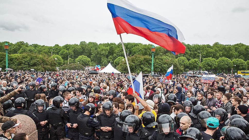 Празднование Дня России. Митинг против коррупции на Марсовом поле. Сотрудники полиции во время оцепления места проведения митинга.