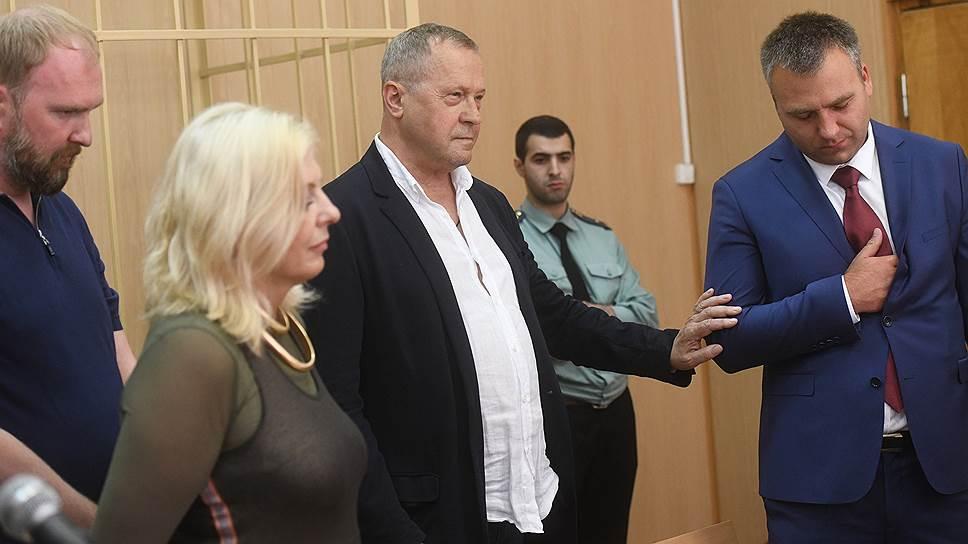 Заместитель директора Государственного Эрмитажа Михаил Новиков (в центре)