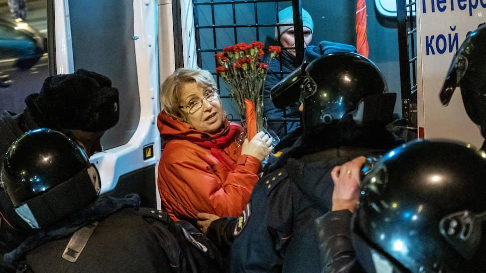 Член президиума ЦК КПРФ и депутат Законодательного собрания Санкт-Петербурга Ольга Ходунова во время задержания на несогласованной акции сторонников КПРФ