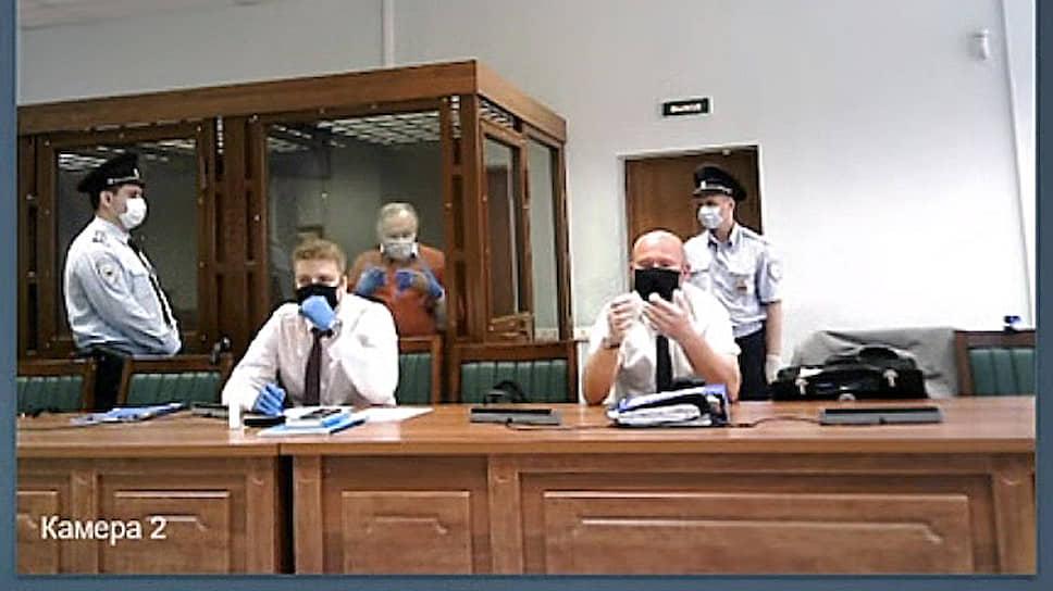 Адвокаты Олега Соколова Олег Лукьянов (второй слева) и Александр Почуев (второй справа)