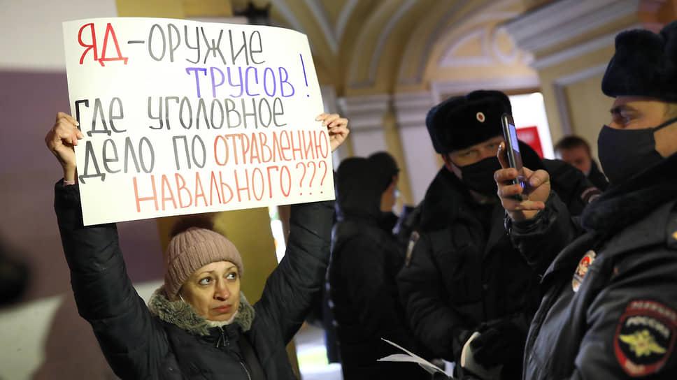Одиночный пикет возле Гостиного двора в поддержку Алексея Навального