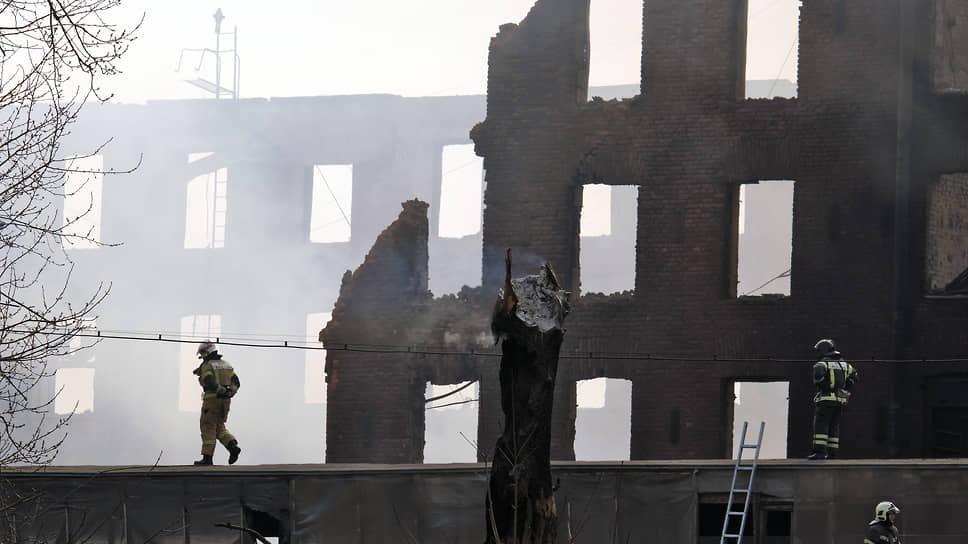 Сотрудники МЧС России во время ликвидации последствий пожара в здании Невской мануфактуры на Октябрьской набережной