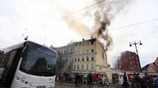 На Лиговском проспекте горит кровля дома на площади 300 кв. метров