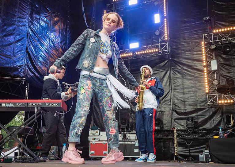 """""""Певица Монеточка же на большой сцене оставляла вопросы, что она будет делать, когда кончится хайп и вокальная поддержка с режиссерского пульта"""""""