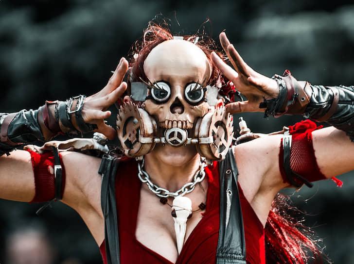 Девушка, одетая в костюм по мотивам фильмов режиссера Джорджа Миллера о безумном Максе во время фестиваля VK Fest 2019