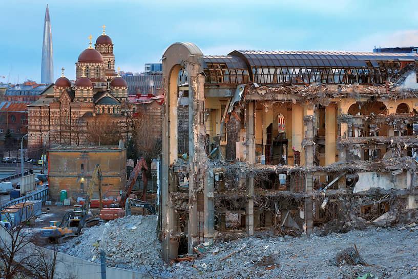 """Демонтаж гостиницы """"Северная корона"""" на фоне Иоанновского монастыря и башни """"Лахта-центр"""""""