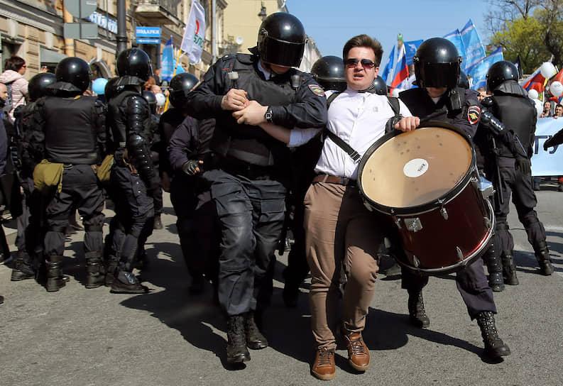 Демонстрация, посвященная Дню Международной солидарности трудящихся. Сотрудники полиции во время задержаний участников демонстрации
