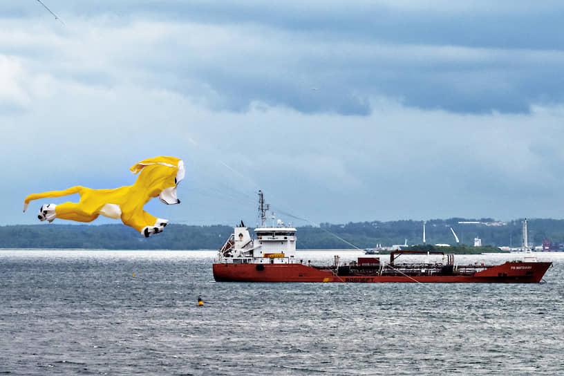 Воздушный змей в виде собаки и судно на рейде в Финском заливе