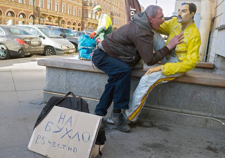 Нетрезвый мужчина обнимает пластиковую фигуру музыканта Фредди Меркьюри на Невском проспекте