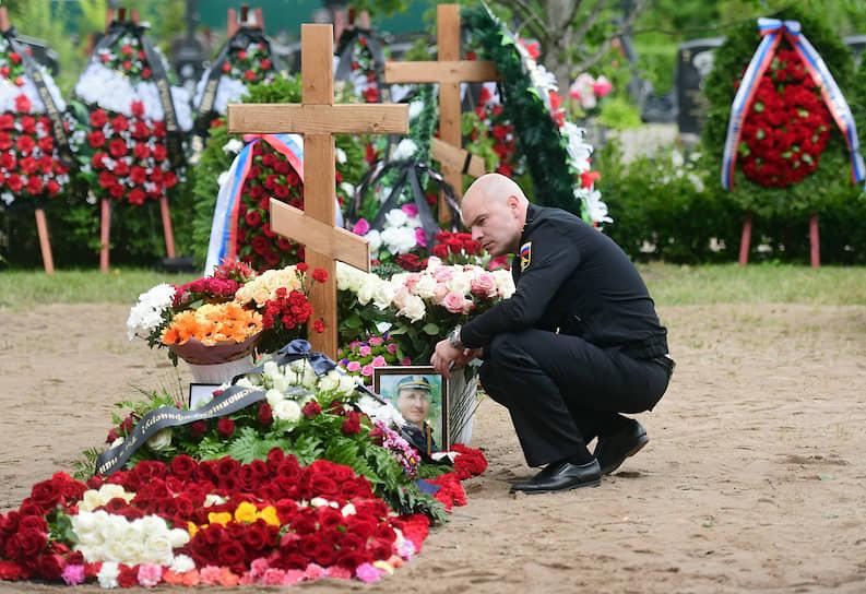 Похороны моряков-подводников, погибших на глубоководном аппарате Военно-морского флота России 1 июля в Баренцевом море, на Серафимовском кладбище