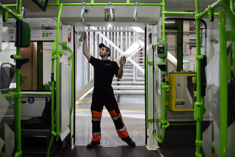"""Сотрудник трамвайного депо готовит к очередному рейсу новый городской трамвай """"Чижик"""""""
