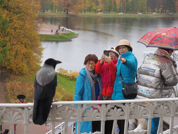 Иностранные туристы в Екатерининском парке города Пушкина