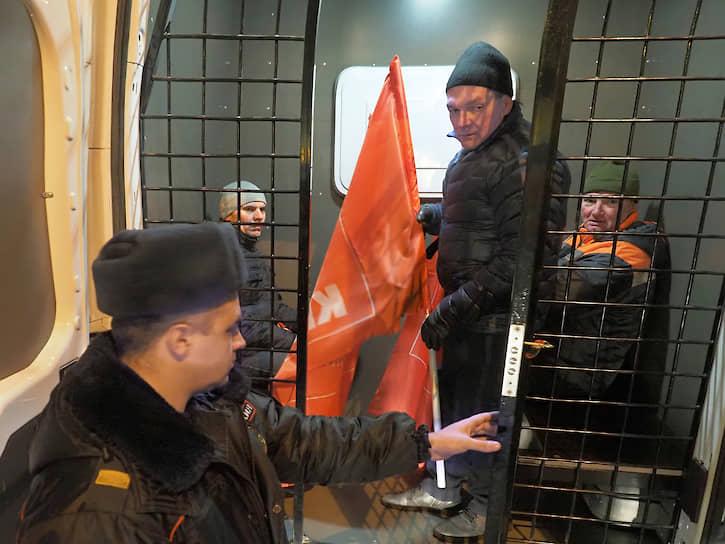 """Несогласованная акция сторонников КПРФ возле крейсера """"Аврора"""" в день 102-й годовщины Октябрьской революции. Задержание участников акции"""